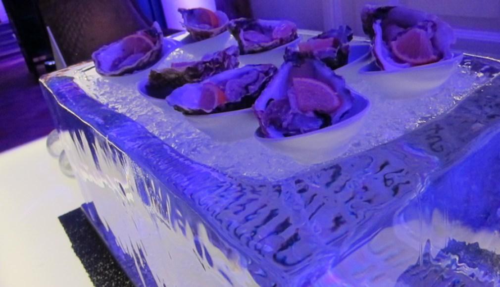 Kristallklarer Eisblock mit Austern.