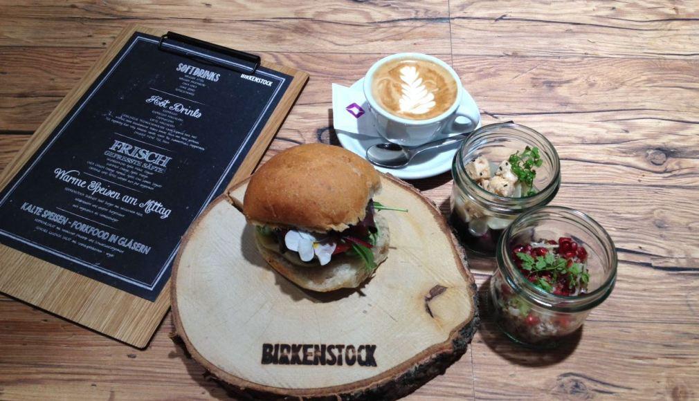 Gourmet Burger und Latte Art Cappuccino.