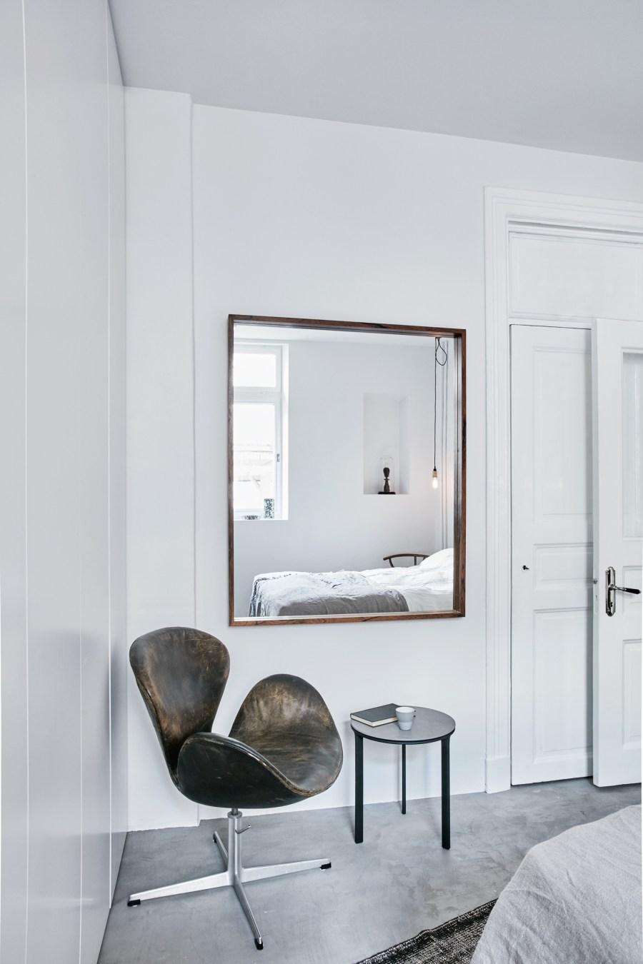 NewLovely light Scandinavian room - Vipp side table - Martin My