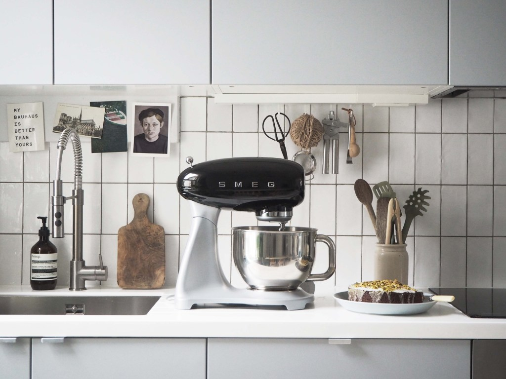 Simple kitchen essentials: Smeg Stand Mixer review - catesthill.com