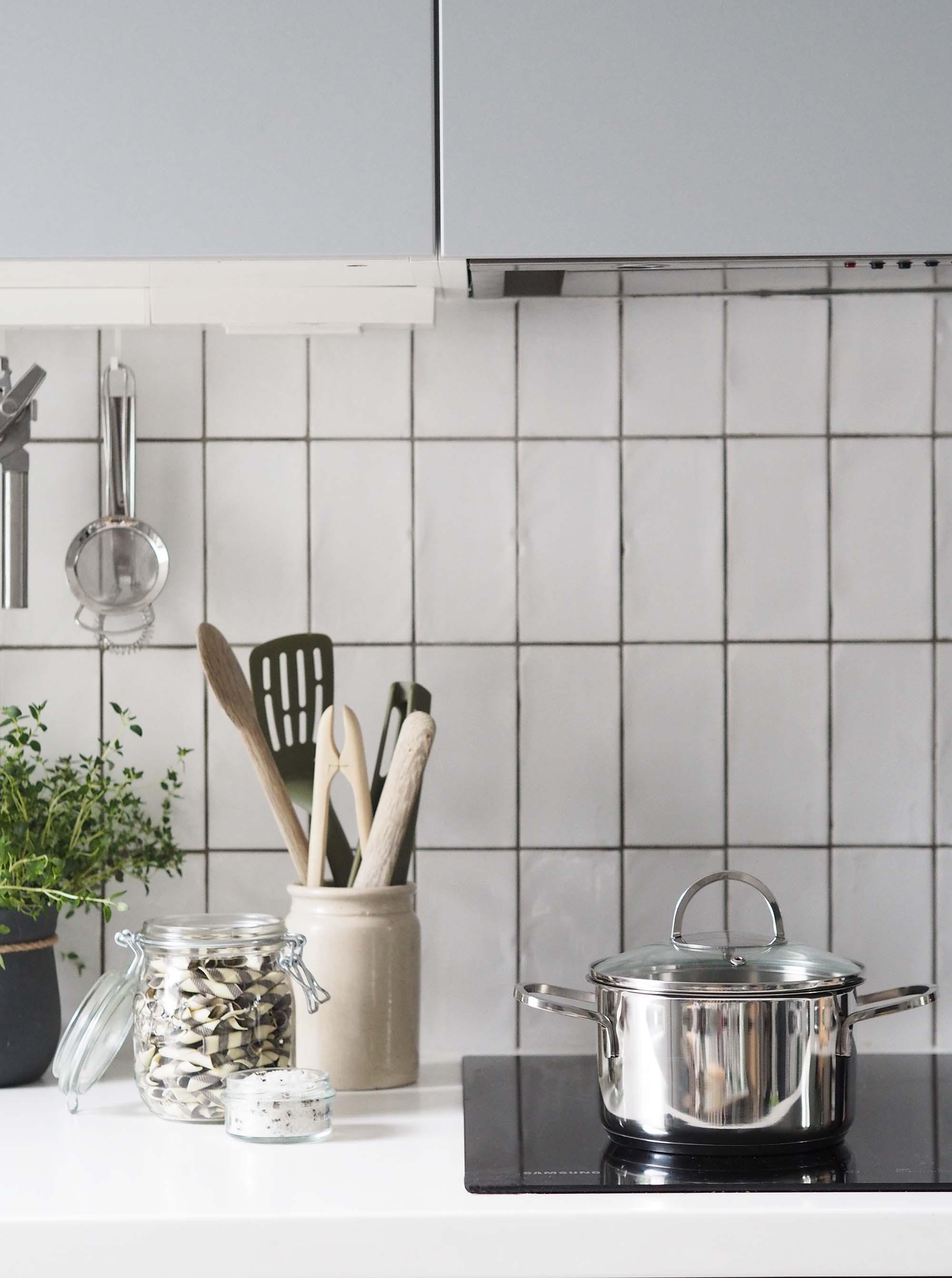Light grey scandi-style kitchen with white vertical metro tiles ...