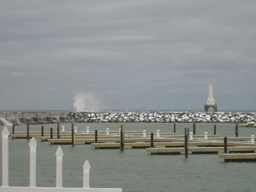 Port_Washington_slips_and_lighthouse