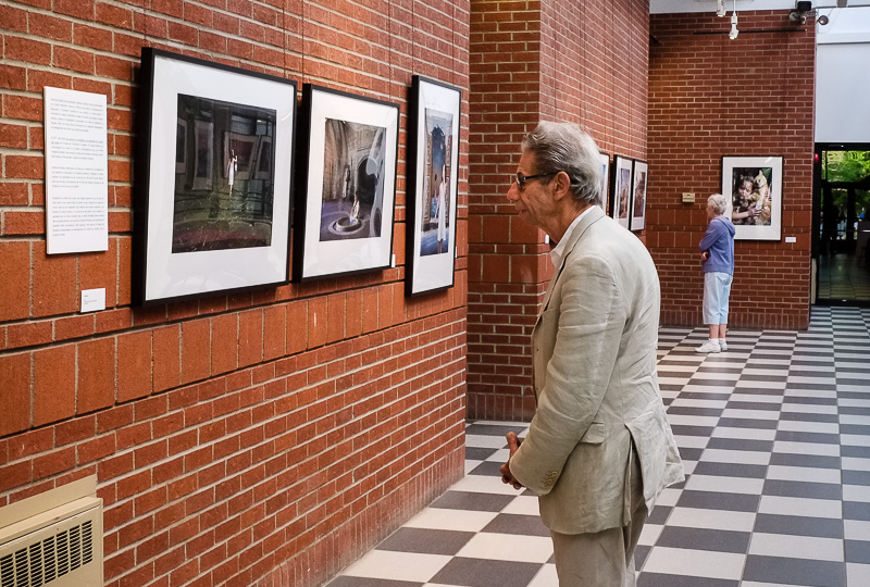 Gabor Szilasi à l'exposition de la photographe Catherine Rondeau.