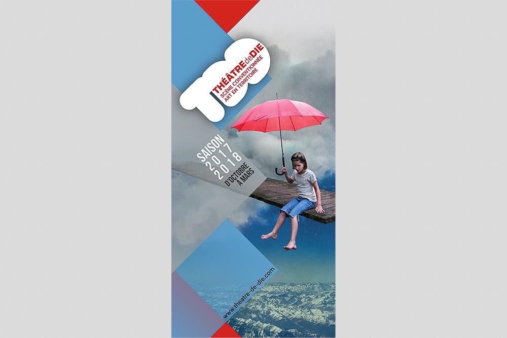 Brochure de saison du Théâtre de Die 2017-2018, le visuel montre une enfant tenant un parapluie sur une plate-forme suspendue au-dessus de montagnes et du lettrage.
