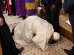 Pope Francis kisses feet of South Sudan's leaders in bid for peace