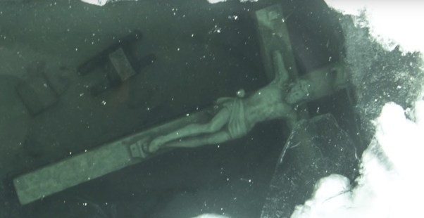 The submerged crucifix that draws crowds in the USA
