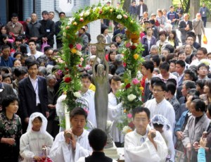 Catholics carry a statue of Mary as they process to the Sheshan Marian shrine in Shanghai, China, May 1. Some 3,000 Catholics made a pilgrimage to the shrine May 1 to begin the month honoring Mary. (CNS/UCAN) (May 7, 2009)