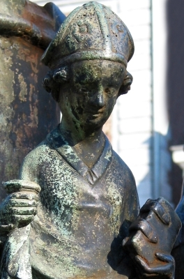 detail of a small bronze statuette of Saint Domitian of Huy, 1597, artist unknown; part of the the Li bassinia fountain in Huy, Belgium; photographed on 27 October 2005 by Jean-Pol GRANDMONT; swiped from Wikimedia Commons