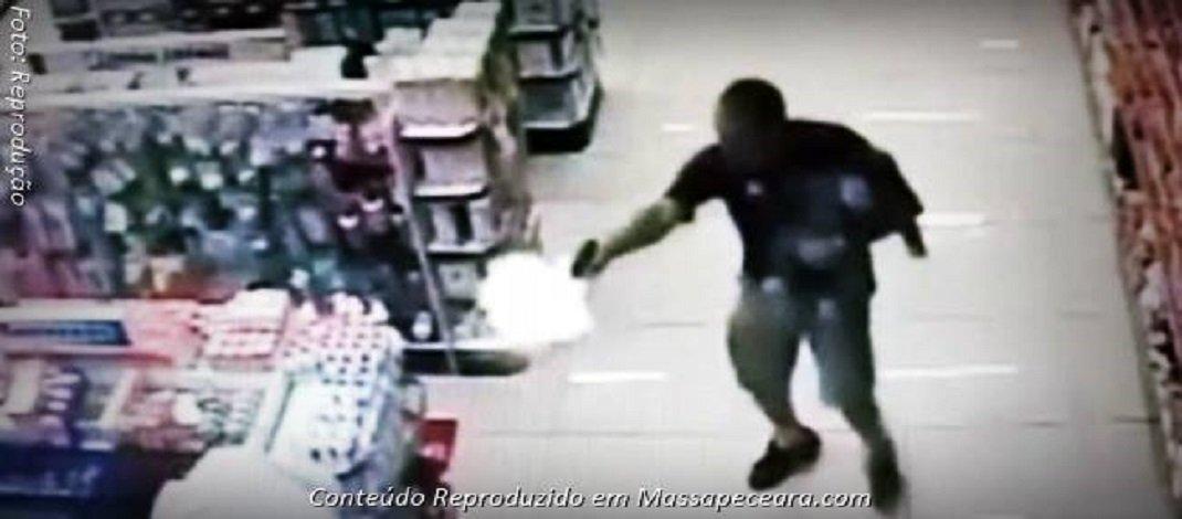 Veja vídeo, PM de folga enfrenta bandidos com filho no colo e mata dois.