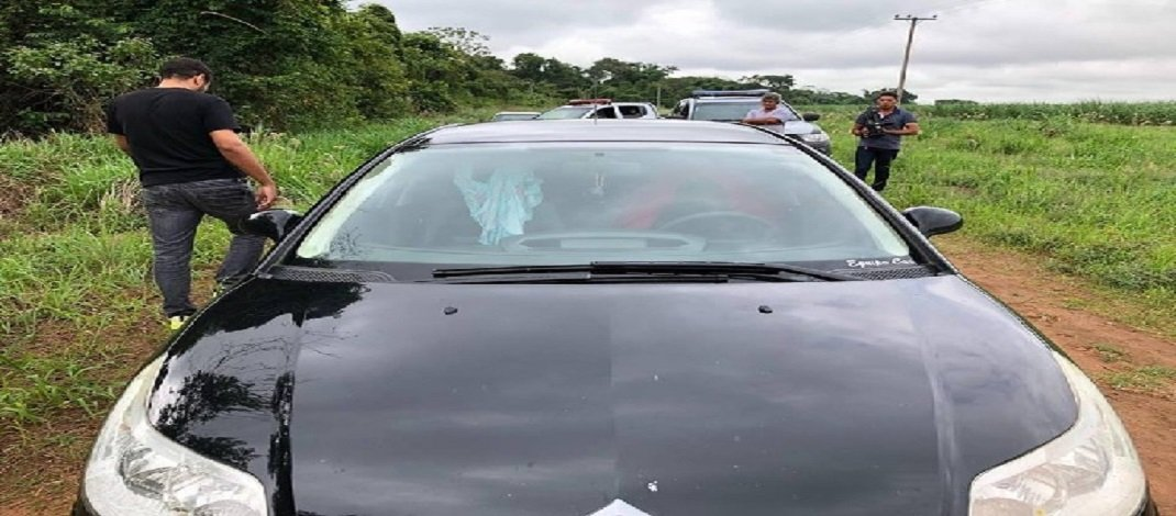 Casal morre por asfixia enquanto transava dentro de carro