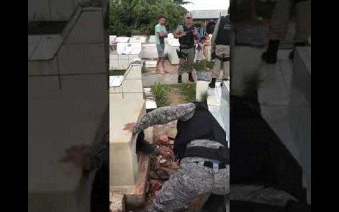 jovem desesperado invade cemiterio abre cova e entra no caixao do pai assista o video