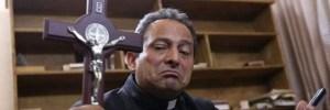 Un sacerdote se ve obligado a oficiar la Misa con chaleco antibalas: ya han planeado su asesinato