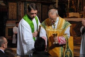 """""""La comunión en la mano"""" Este abuso litúrgico empezó por la desobediencia y se ha mantenido por la desobediencia."""