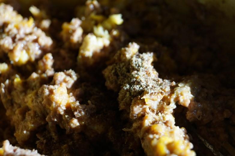 un peu de graine de lin, de thym, de marjolaine, ortie fraîchement moulues