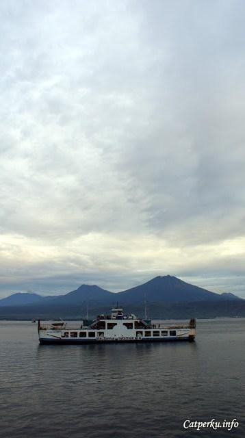 Kapal fery seperti ini banyak ditemukan di tiap pelabuhan yang menghubungkan antar pulau Indonesia.