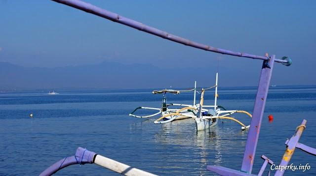 Sejatinya mata pencaharian penduduk Pulau Bali yang ada di pesisir adalah nelayan. Saya menemukan banyak perahu nelayan di pesisir utara Bali. Kini beberapa perahu itu bertambah fungsi untuk mengantarkan para turis melihat atraksi Lumba - Lumba di alam liar Lovina, Bali Utara.