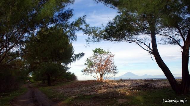 Di salah satu sudut pulau, terlihat jelas Gunung Agung di kejauhan.