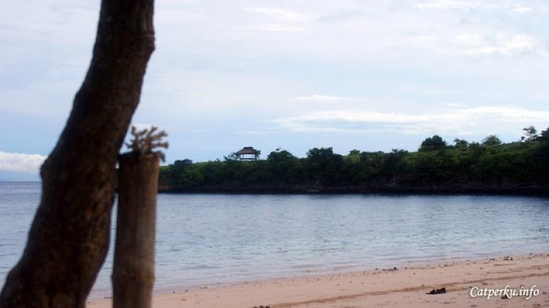 Kalau mau, coba naik ke atas bukit untuk melihat pemandangan seluruh Pantai Tangsi dari ketinggian.