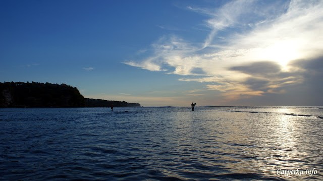 Ketika sedang surut, para surfer harus berjalan agak ketengah dulu, baru menemukan ombak cantik Pantai Bingin Beach Bali.