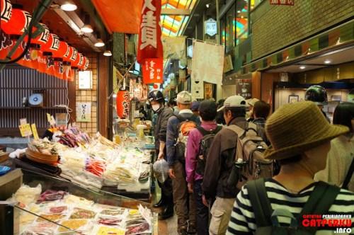 Nishiki Market memang ramai, tetapi di dalamnya bersih dan teratur :) Jalan - jalan pun jadi asik :D