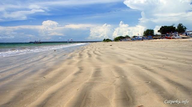 Waktu terbaik untuk mengunjungi Jimbaran Bay adalah ketika sore hari, menjelang sunset atau matahari terbenam.