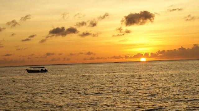 Bisa juga mengamati perahu nelayan sekitar yang sedang bersandar, mengapung dikala matahari akan terbenam.