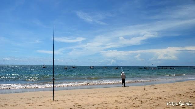 Mungkin memang banyak ikan di Pantai Jimbaran Bali. Makanya di sepanjang garis pantai Jimbaran bay, sering terlihat orang yang sedang memancing di tepi pantai.