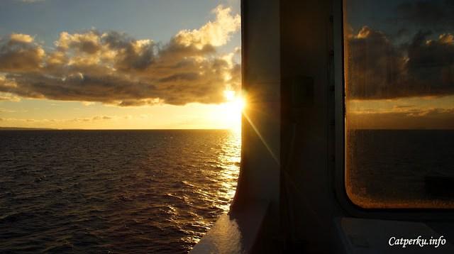 Apalagi menikmatinya di tempat yang tidak terduga, seperti di tengah lautan yang luas.