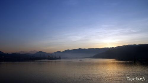 Pemandangan pagi hari seperti ini bisa didapatkan sebelum kapal fery merapat di Pelabuhan Lembar, Lombok Barat. Syarat untuk melihatnya hanya harus menyeberang dari Pulau Bali dini hari (antara jam 01.00 WITA - 02.00 WITA). Akan ngantuk memang, tetapi untuk mendapatkan suatu keindahan diperlukan sedikit perjuangan bukan?