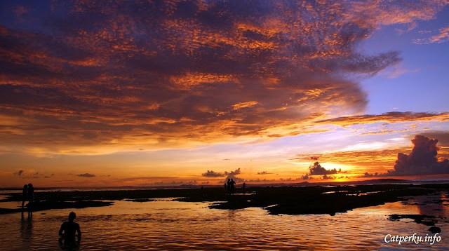 Saya pun juga pernah mendapatkan pemandangan matahari terbenam yang langka di bali. Pemandangan seperti ini sangat jarang dilihat, kecuali langit sedang gembira. Ini adalah pemandangan matahari terbenam di Pantai Suluban, Bali.