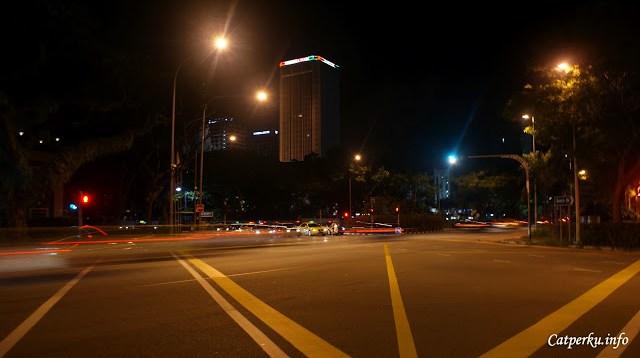 Meskipun malam harinya Singapore sudah mulai sepi, menyeberang harap selalu berhati - hati.