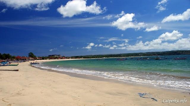 Jimbaran bay adalah salah satu pantai di Bali yang memiliki pantai landai dan garis pantai yang sangat panjang.