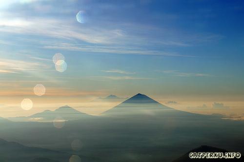 Pemandangan terbaik yang jarang bisa didapat, Gunung Agung (Depan), Gunung Rinjani (Belakang)
