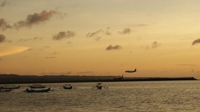 Selain senja, hobi saya ketika bersantai di Pantai Segara adalah mengamati pesawat yang sedang mendarat ataupun yang akan take off. Karena lokasinya dekat dengan bandara, jadi pemandangan itu terlihat lebih jelas.