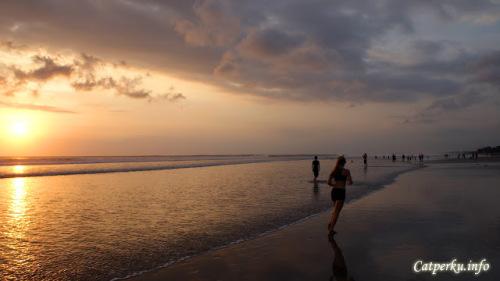 Atau menikmati senja sambil berjogging ria? Boleh juga loh! Apalagi jogging ditepi pantai itu baik untuk kesehatan :)