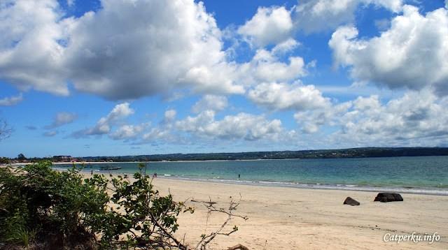 Pada waktu cuaca cerah, menjelajah Pantai Jimbaran di Jimbaran Bay ini sangat menyenangkan!