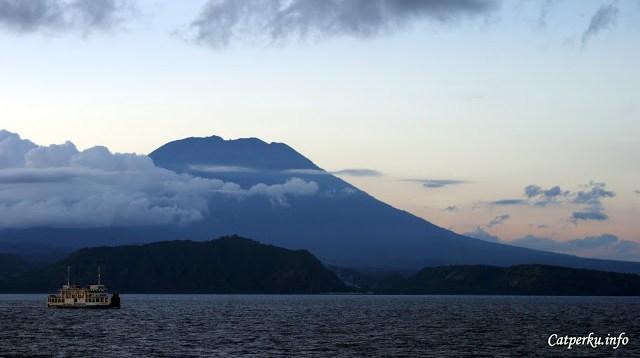 Ini adalah foto senja dari Gunung Agung yang ada di Bali. Saya sangat beruntung karena waktu itu kondisi selat lombok begitu tenang. Jadinya saya bisa menangkap wajah Gunung Agung dengan baik dari tengah selat.