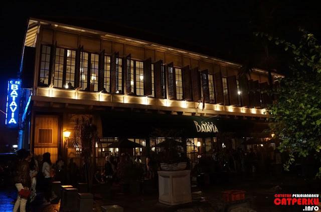 Beberapa ada yang mehabiskan waktu, menikmati suasana Jakarta tempo dulu di cafe ikonik yang ada di kota tua, Batavia Cafe.