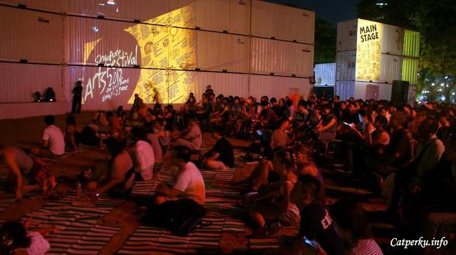 Semuanya sedang asik menikmati Singapore Art Festival 2012