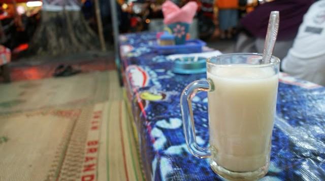 Kalau sudah capek, bisa beristirahat di lesehan yang bertebaran di Jalan Malioboro. Entah cuma minum segelas susu jahe hangat, atau memesan makanan khas Yogyakarta seperti Gudeg. Yang jelas, Yogyakarta akan selalu membuatmu kangen :)