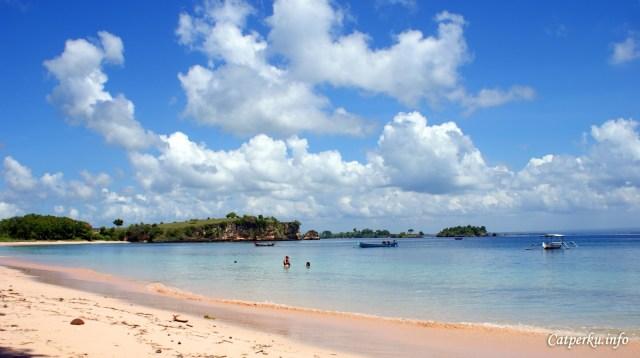 Pasir di Pantai Tangsi ini memang berbeda dibanding dengan beberapa pantai di Lombok yang lainnya.