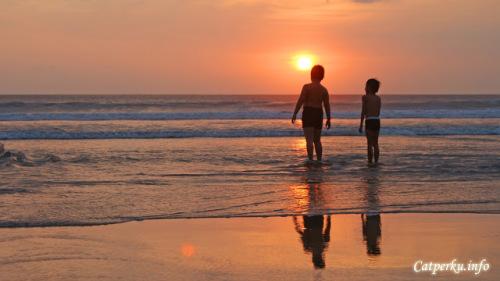 Namun, akan lebih menyenangkan lagi jika berburu dan menikmati senja Pantai Seminyak bersama orang terdekat, atau yang terkasih. Tidak ada salahnya bukan? berbagi keindahan senja di sore hari?