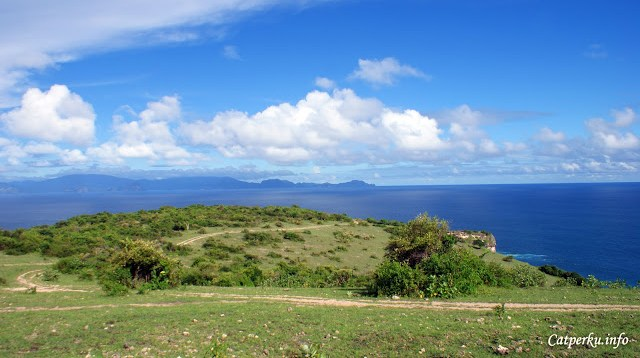 Yak! Ini adalah Tanjung Ringgit Lombok. Bagian dari Lombok Timur yang berbatasan langsung dengan Samudera Hindia, dan Pulau Sumbawa.