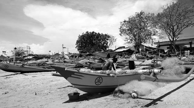 Para nelayan di Pantai Jimbaran ini berasal dari berbagai daerah. Seperti dari Jawa misalnya.