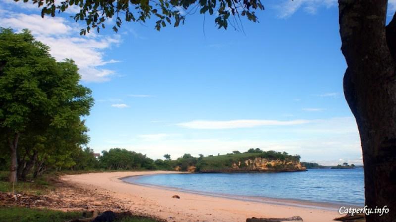 Bukan sulap bukan sihir, warna pasir Pantai Tangsi memang terlihat sedikit berwarna pink :D