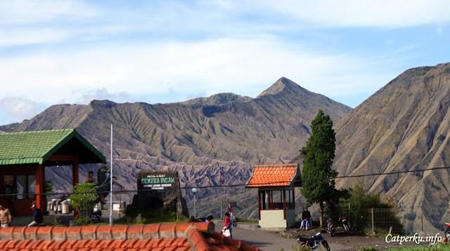 O iya, pemandangan Gunung Bromo yang seperti ini bisa dilihat jika menginap di Desa Cemoro Lawang ya.