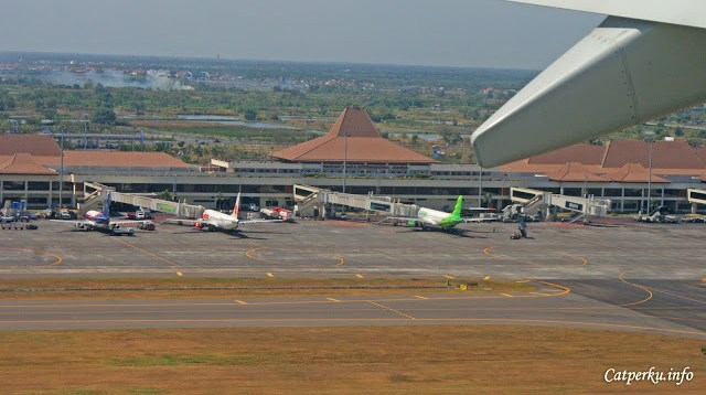 I am flying! Pemandangan bandara Juanda dari dalam pesawat terbang setelah beberapa detik take off.