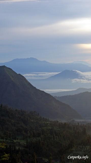 Ada yang tahu gunung apa saja yang terlihat di sisi barat Taman Nasional Bromo Tengger Semeru ini?