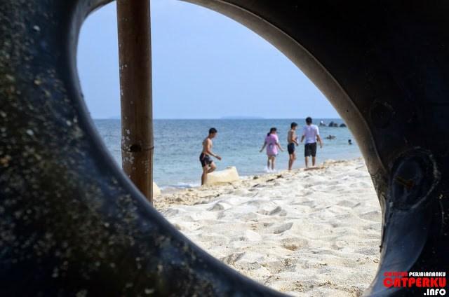 Atau, kalau mau bermain di pantainya juga boleh kok :D