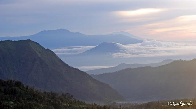 Melihat deretan pegunungan ini mengingatkan saya kalau manusia itu keberadaannya begitu kecil, saya harus banyak - banyak bersyukur kepada sang pencipta.